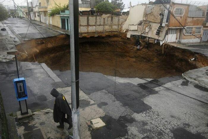 Гигантская дыра в Гватемале поглотила несколько зданий (11 фото + <br>видео)